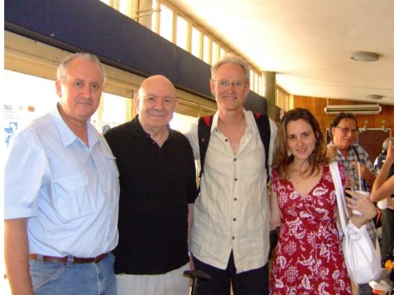 Teodor Shanin y los profesores Bernardo, Cliff y Yamila en el 3er Simposio Internacional de Geografía Agraria (SINGA), celebrado en la Universidad Estatal de Londrina, en octubre de 2007.