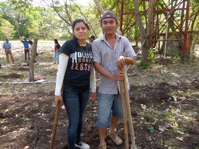 Jovenes trabajando la tierra
